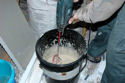 Préparation du mortier colle pour la pose des plaques d'isolation .