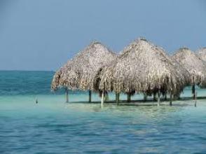 Des terrasses aquatiques dans des eaux claires et limpides, surmontée de pergolas de fibres naturelles