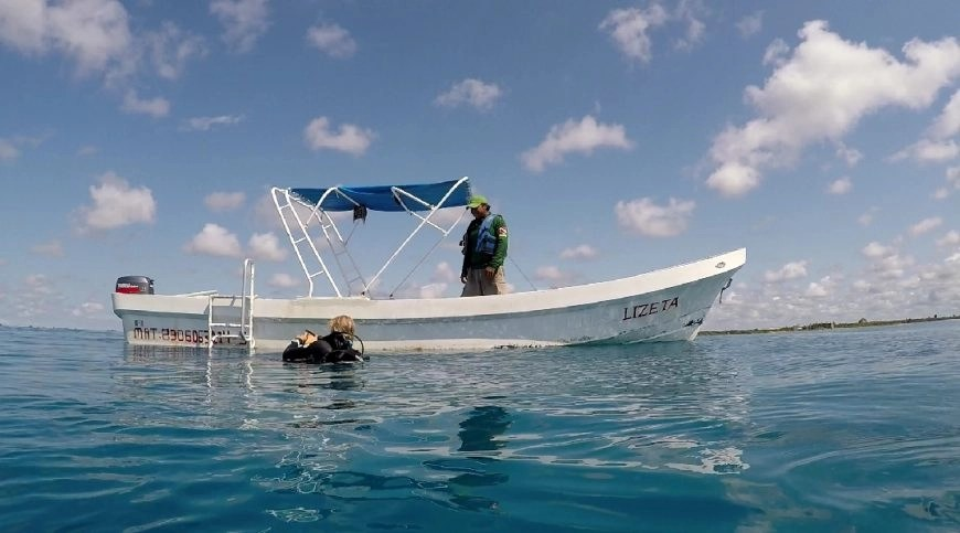 Destination Addict - Our dive boat off the coast of Mahahual with Takata Experience