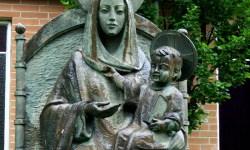 Statuile-din-Irlanda-care-se-mișcă-Fecioara-Maria-statuie