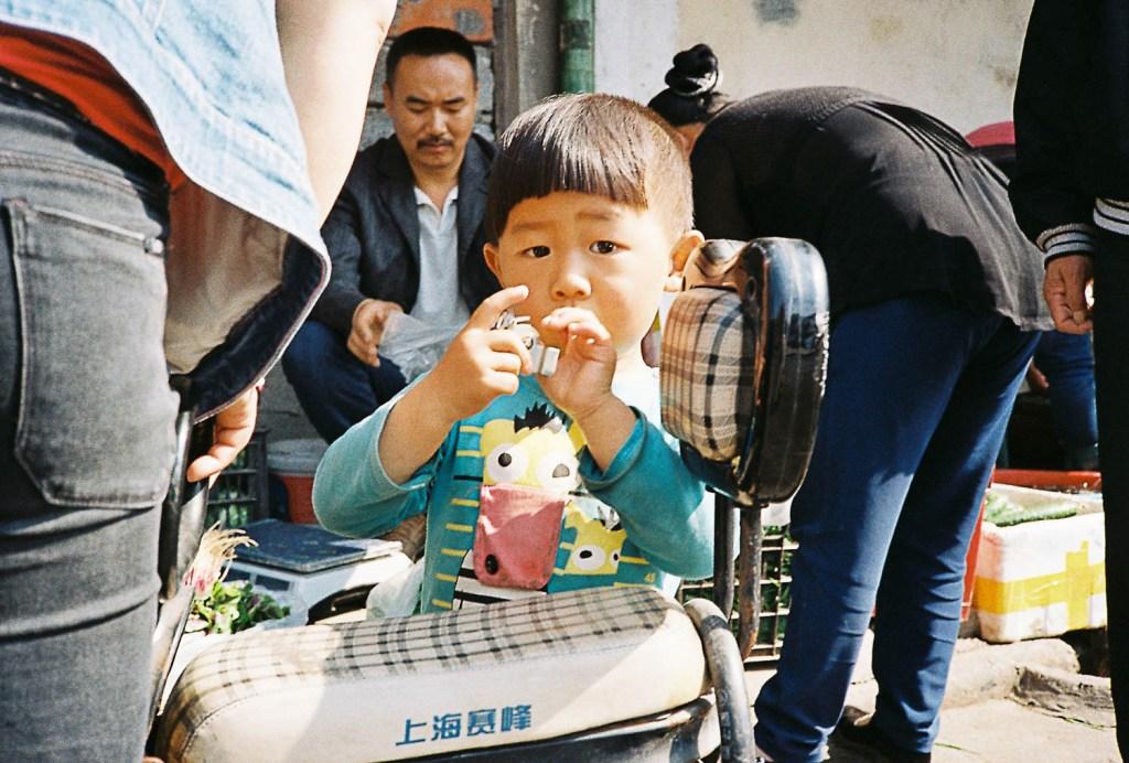 Criança em mercado na China