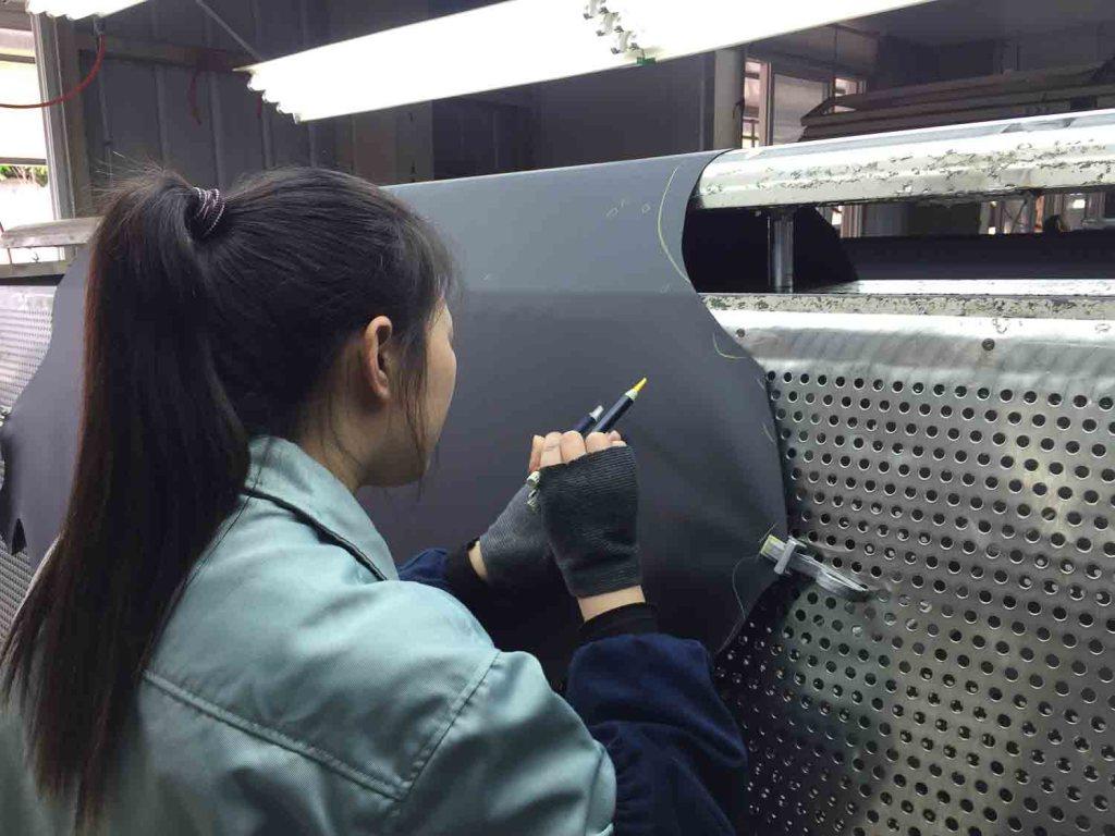 Mulher selecionando couro em indústria na China