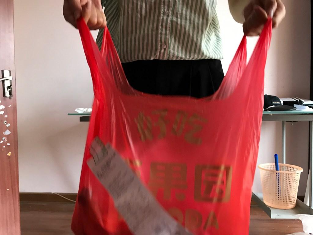 Comprando frutas na internete Sacola vermelha de compras na China