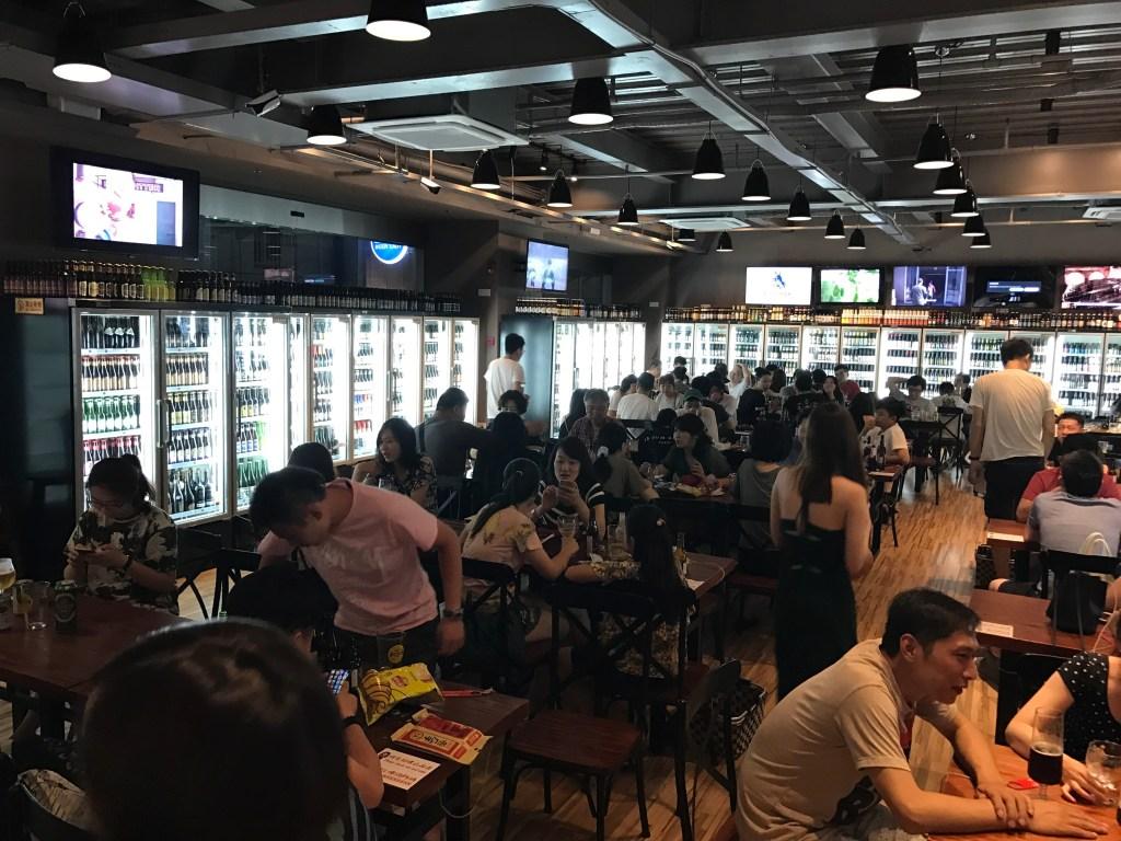 Um bar com mais de 4mil tipos de cervejas Bar lotado na China