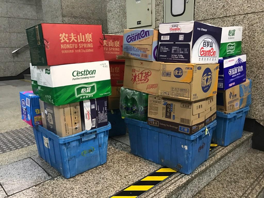 Qual água consumir na China? Caixas de várias marcas de água