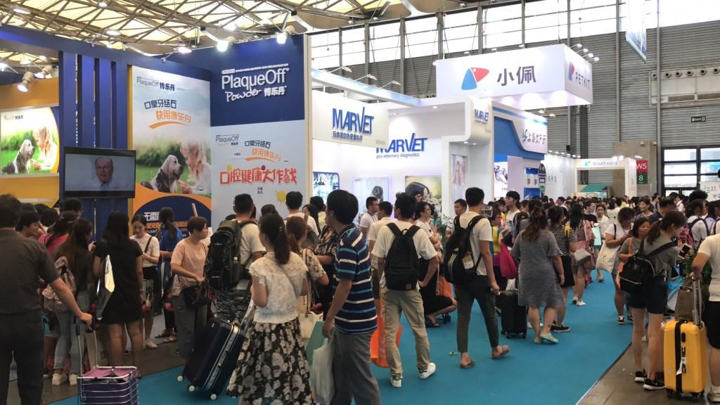 Disponibilização de Intérpretes na China Movimentação de pessoas visitando estandes em feira na China
