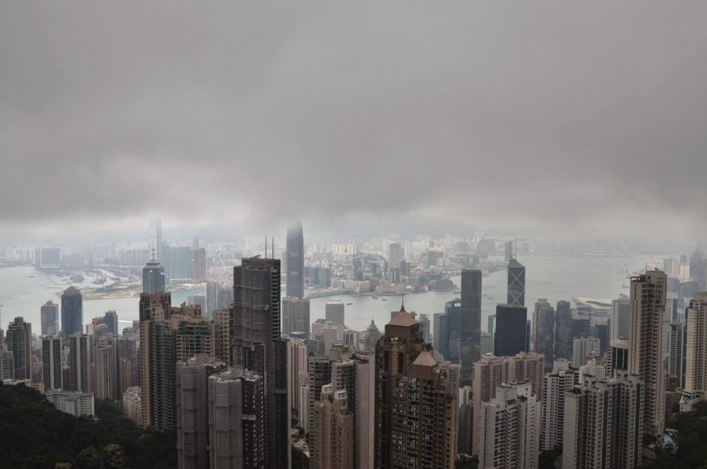 Qual é diferença entre Hong Kong e China? Panorama aéreo de grande cidade na China