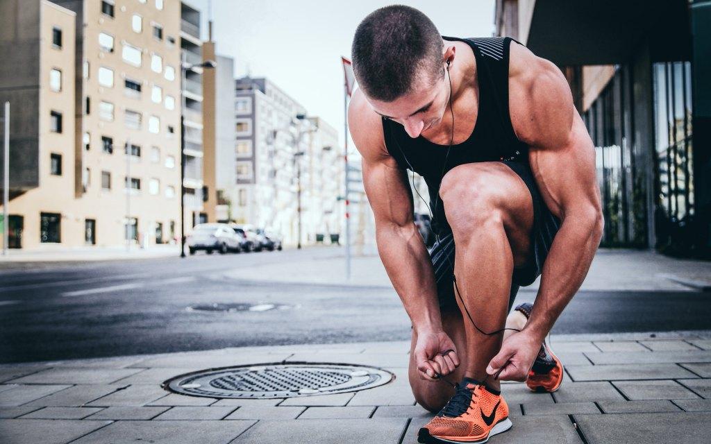 Aprenda como importar roupas esportivas Homem amarrando o tênis durante corrida