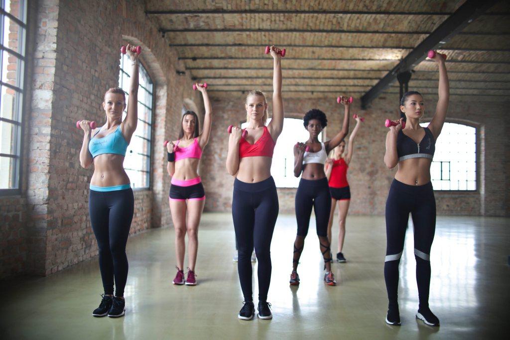 Aprenda como importar roupas esportivas Mulheres fazendo ginástica