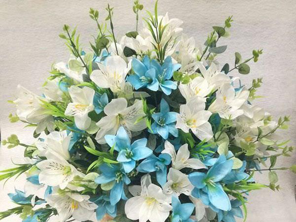 3 Dicas para quem deseja investir em flores artificiais Arranjo de flores artificiais brancas e azuis