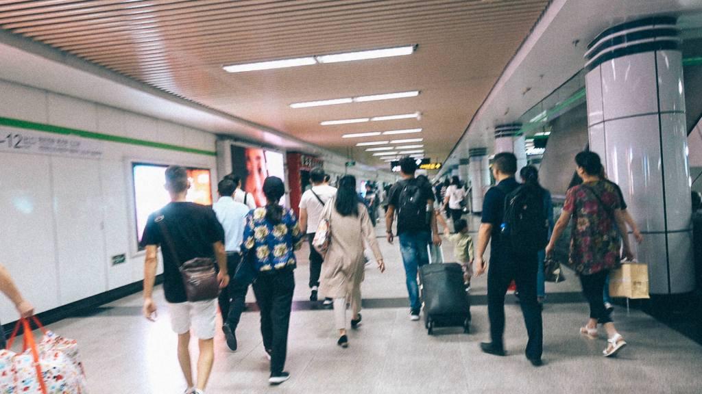 3 destinos para uma importadora Pessoas transitando em edifício comercial na China