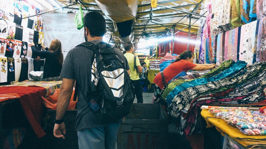 3 erros comuns durante a importação Vendedoras arrumando produtos dos estandes para feira de vestuário na China