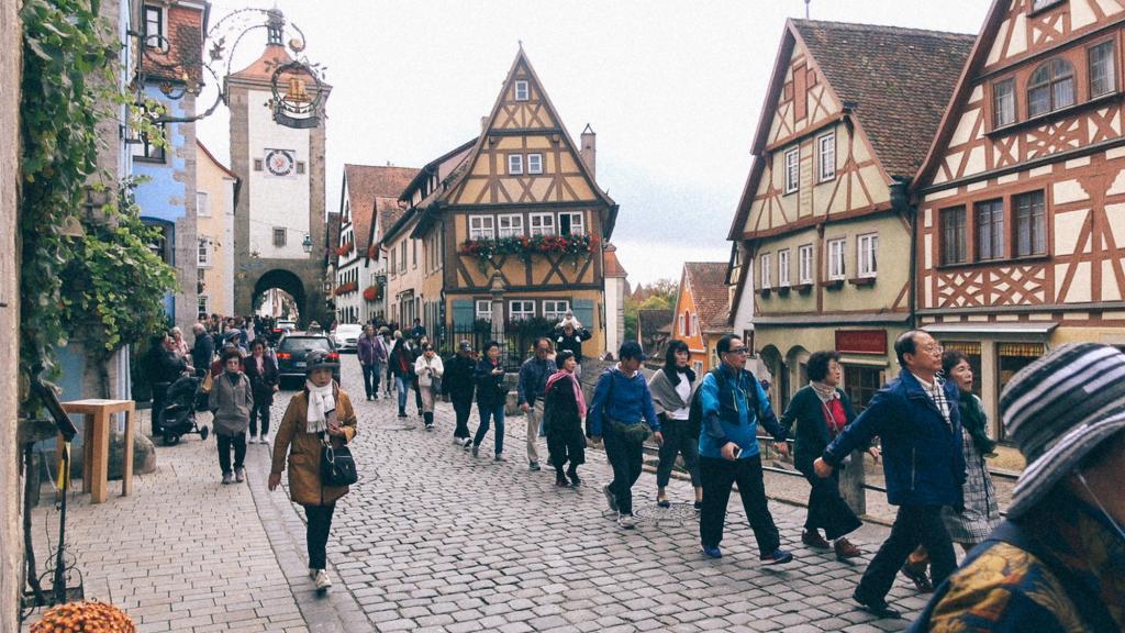 A Receita Federal vai te ferrar? Fila de turistas visitando cidade alemã