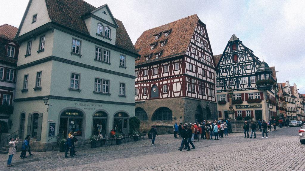 A Receita Federal vai te ferrar? Ponto turístico com pessoas e várias residências em estilo alemão
