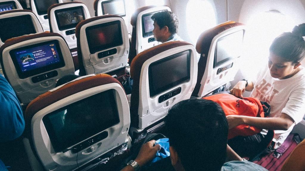 Como importar da China com pouco dinheiro? Passageiros dentro de aviões com muitos computadores