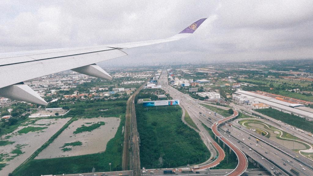 Como importar da China com pouco dinheiro? Visão aérea de dia de grande rodovia e ademais regiões com residências