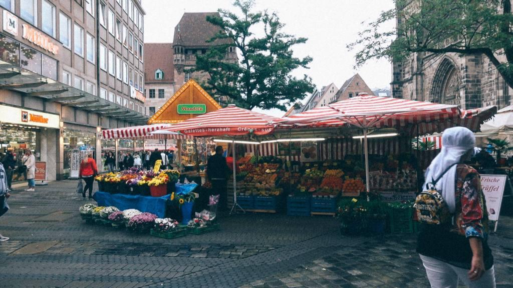 Importação de Ferramentas da China Barraca de flores frutas e verduras em feira na Alemanha