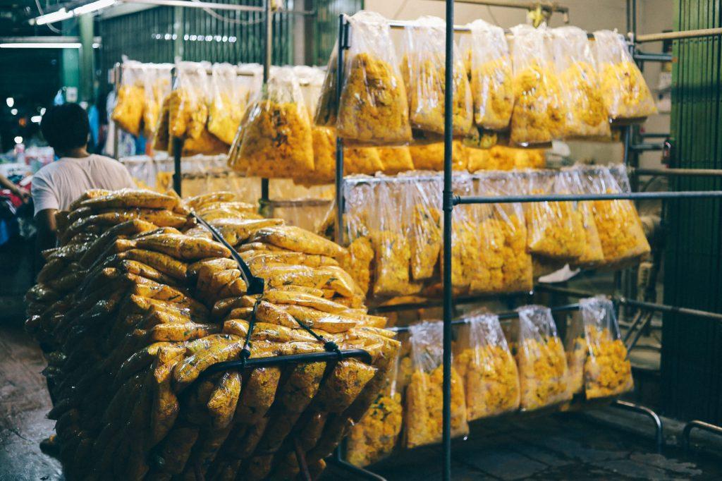 Qual o valor dos produtos, frete e seguro? Funcionário transportando produtos de venda em feira na China