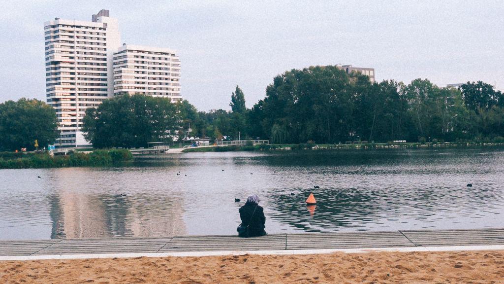 Grandes empresas vietnamitas Praça com lago em cidade no Vietnã