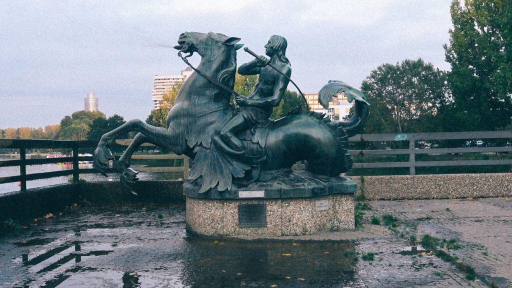 Grandes empresas vietnamitas Escultura homem e cavalo no Vietnã