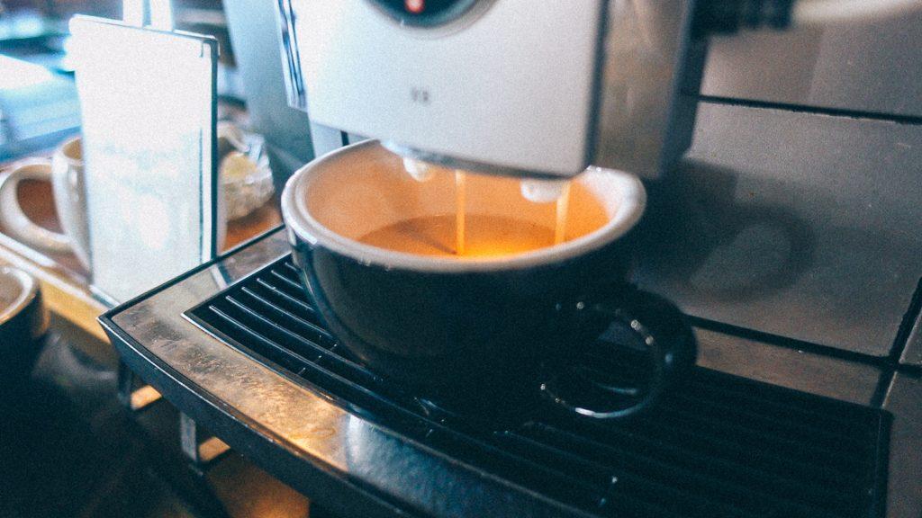 Acompanhamento de Embarque Máquina enchendo xícara de café