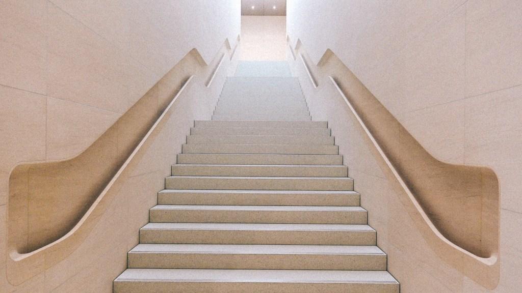 Como aumentar a margem de lucro? Imagem de longa escada de coloração clara