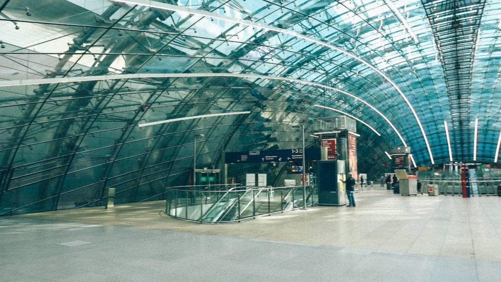 Como aumentar o lucro do seu negócio? Arquitetura com vidros em aeroporto moderno