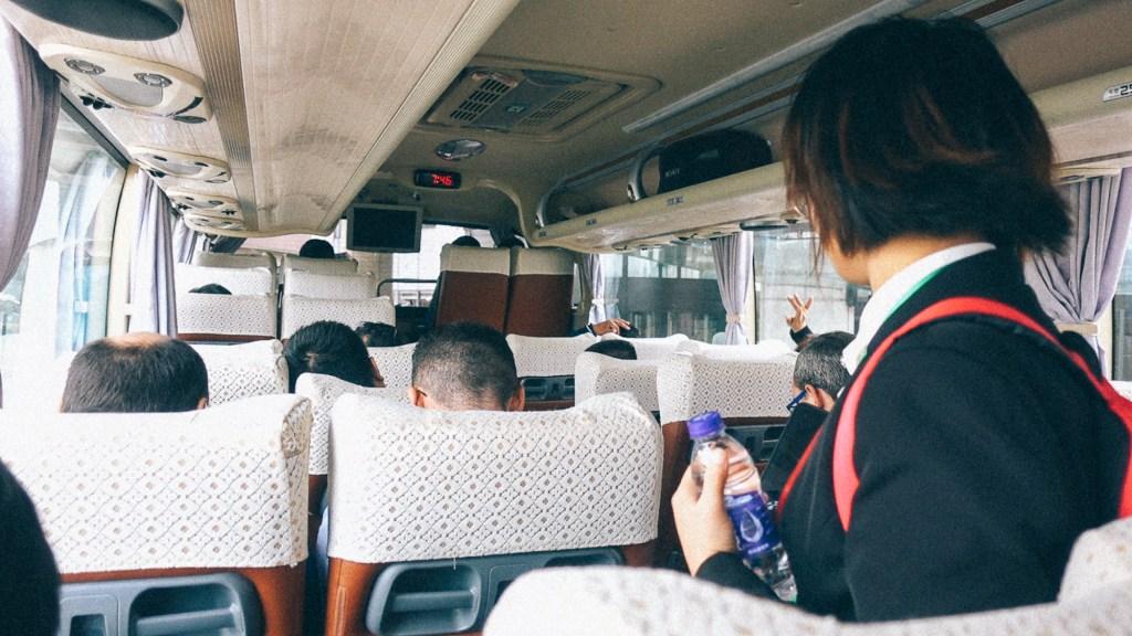 Complemento de linha aproveitando Passageiros dentro de ônibus de viagem na China