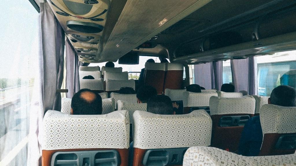 Converse com seus clientes e vendedores Passageiros acomodados nas poltronas de ônibus de viagem na China