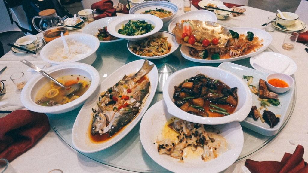 Dicas de ouro para começar importar da China Mesa com diversos pratos da culinária chinesa
