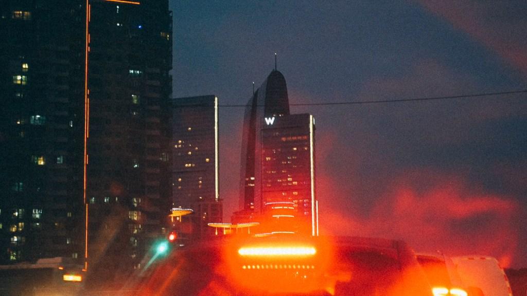 Estratégia trovão da importação Imagem de imponente edifício chinês ao longo e a noite