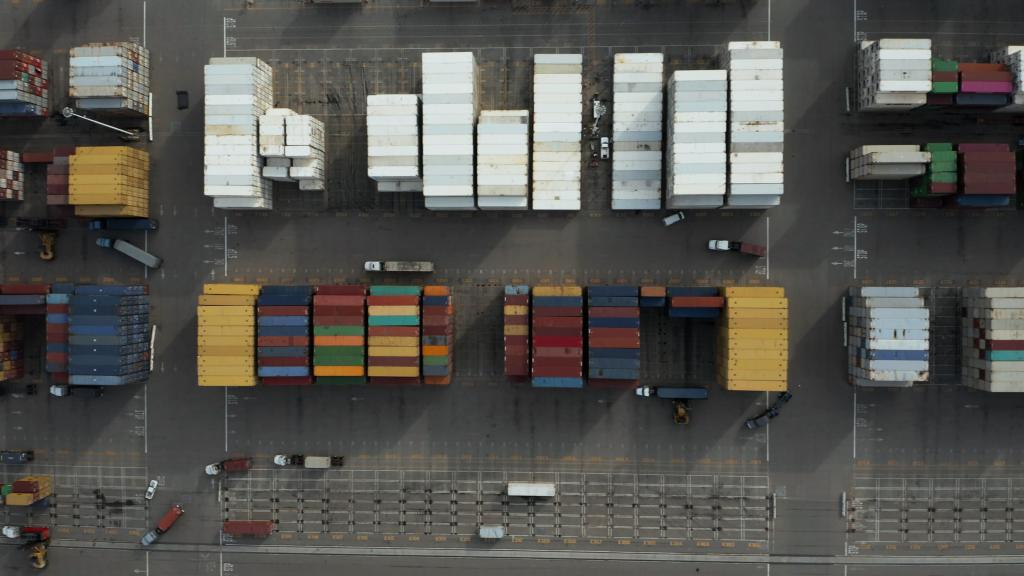 A grande estratégia da Chilli Beans Containers brancos e coloridos empilhados