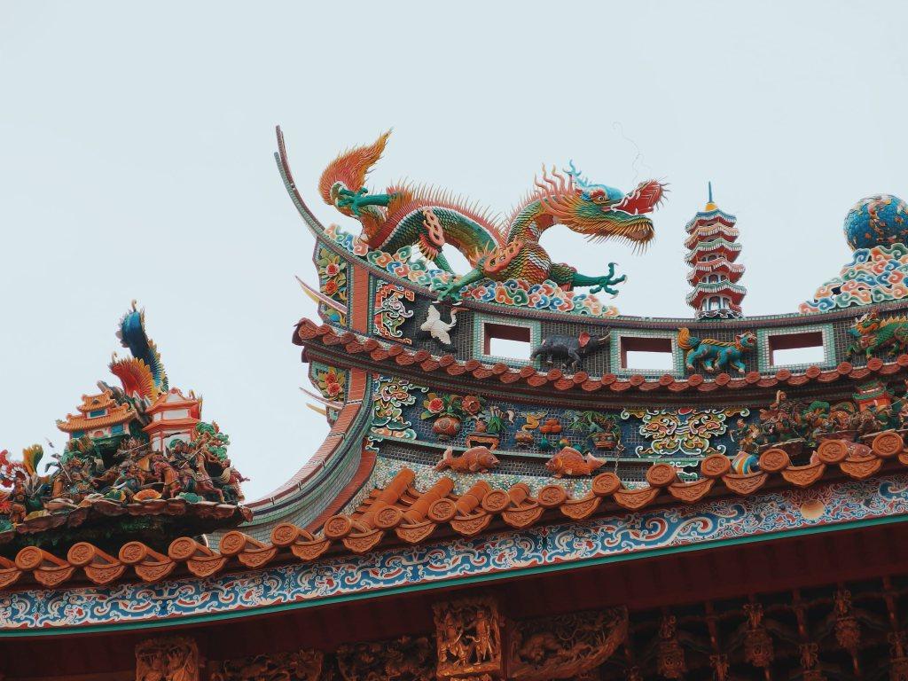 Importar com a própria marca compensa? Detalhes de templo chinês com figuras