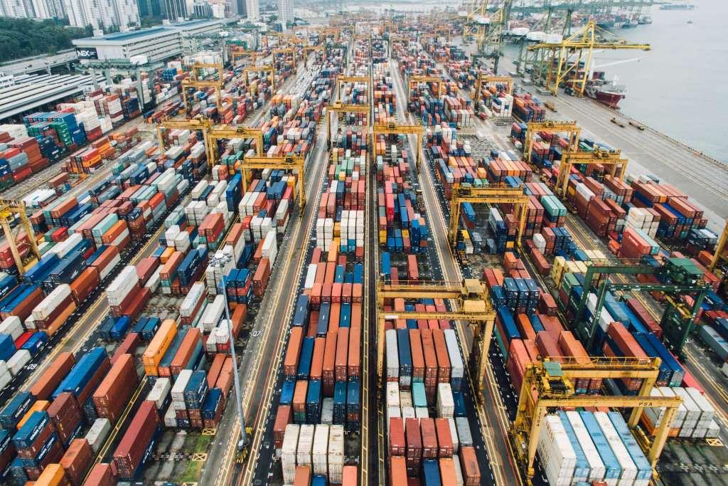 Como calcular os custos de importação Visão contêineres em porto