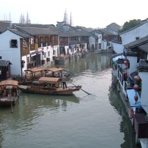 (product) Excursão Clássica Privada De 2 Dias Em Xangai Casas e barcos na beira do rio na China