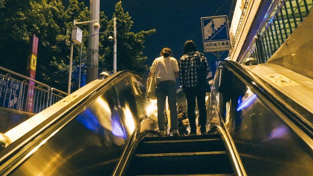 BL e Extravio Pessoas em escada rolante em cidade na China