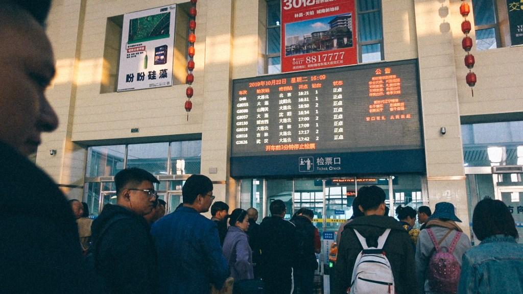 O que comprar no vietnã Estação de trem na cidade de Yingkou
