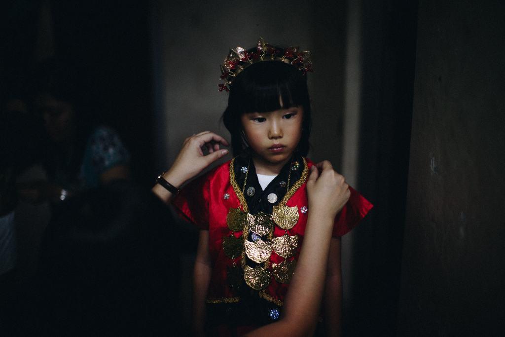 Vestes tradicionais chinesas Menina com roupas de tradição chinesa