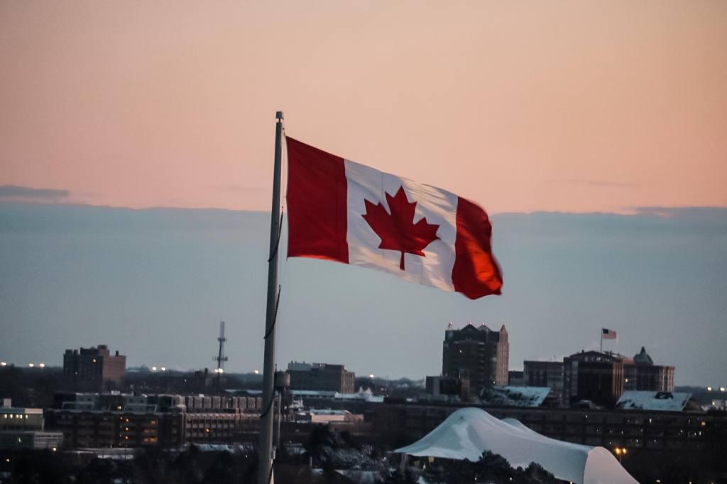 Viver no canada vale a pena Bandeira Canadá hasteada
