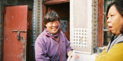 Mulheres conversando em hutong em Pequim