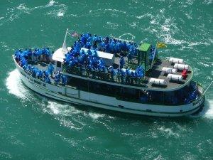 Barco turístico nas Cataratas do Niagara