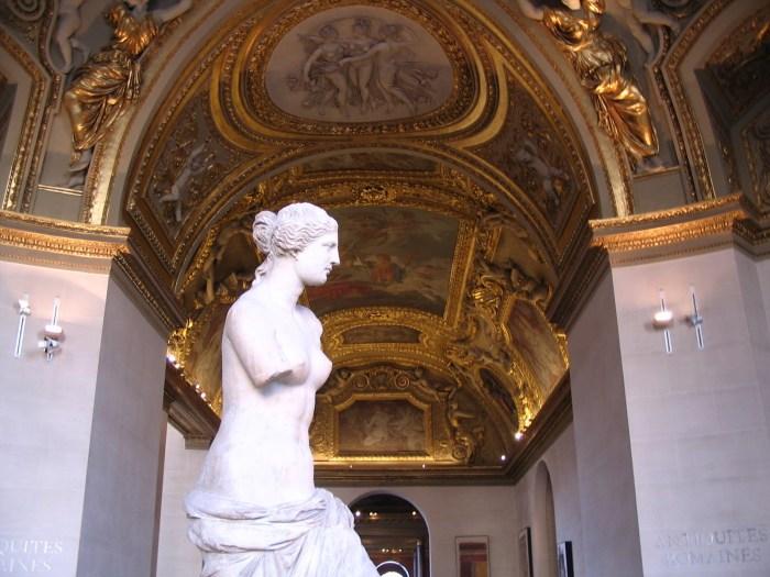 A brancura do mármore contrasta com o rico teto dourado