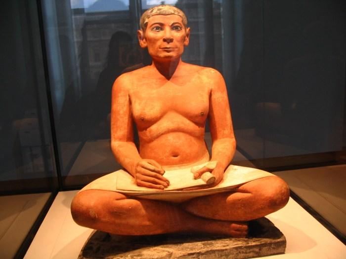 Descoberta em 1850, representa um escriba em seu ofício. Datado entre 2620-2500 a.C.