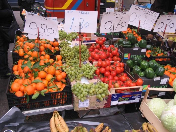Frutas e legumes lado a lado, intercalando suas cores