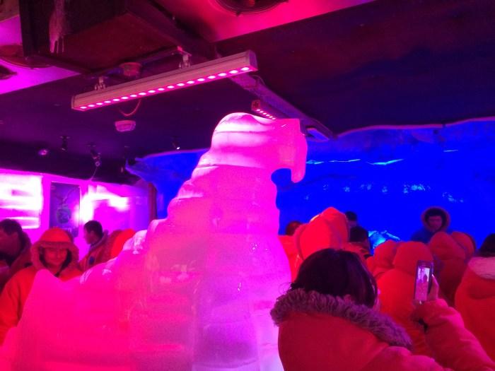 e uma morsa de gelo bem no meio do salão