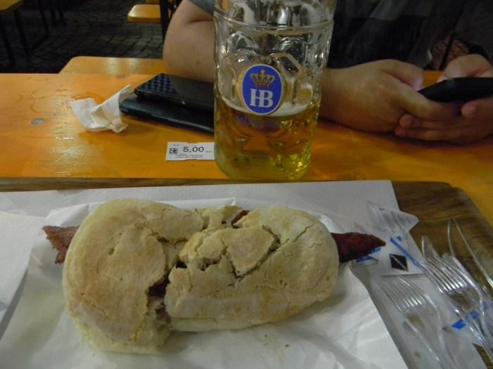 O sanduiche com pão e linguiça aberta alemães - Foto: GGOP / Blog Destinos por onde andei...