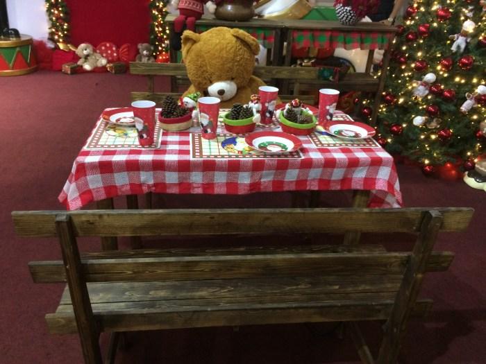 Urso sentado à mesa