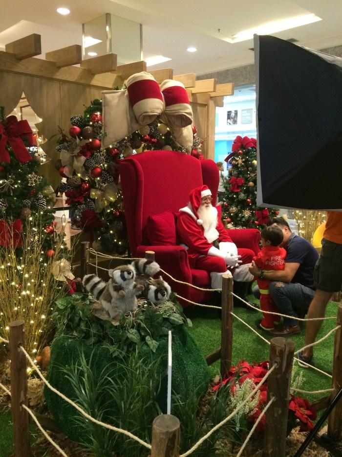 Papai Noel recebendo as crianças para fotos