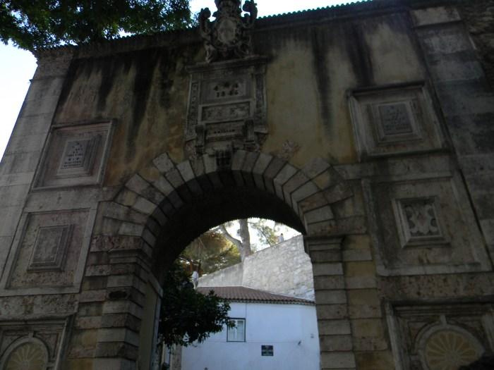 Um lindo portal, aproximando do Castelo de São Jorge