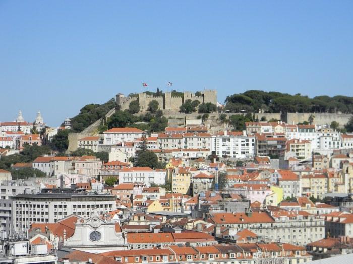 Castelo de São Jorge sobre o casario de Lisboa